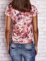 Koralowy t-shirt z nadrukiem moro i napisem LOVE OR LEAVE                                  zdj.                                  2