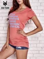 Koralowy t-shirt z napisami