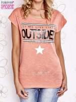 Koralowy t-shirt z napisem LET ME LIVE LIKE AN OUTSIDER                                  zdj.                                  1