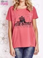 Koralowy t-shirt z ozdobnym napisem i kokardą                                  zdj.                                  1