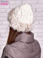 Kremowa czapka o szerokim splocie z futrzanym wykończeniem