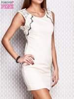 Kremowa dopasowana sukienka z koronkowymi wstawkami                                  zdj.                                  3