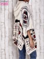Kremowa narzutka poncho w azteckie wzory                                  zdj.                                  5