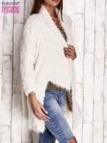 Kremowy asymetryczny sweter z szerokim kołnierzem                                  zdj.                                  3