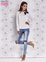 Kremowy sweter z aplikacją i kokardą przy dekolcie                                                                          zdj.                                                                         2