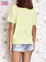 Limonkowy t-shirt z kolorowymi pomponikami przy dekolcie                                  zdj.                                  4