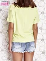 Limonkowy t-shirt z różowymi pomponikami przy dekolcie                                  zdj.                                  4