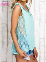 Miętowa bluzka koszulowa z koronkowymi wstawkami na bokach                                  zdj.                                  3