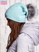 Miętowa czapka z futrzanym pomponem i przypinką