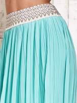 Miętowa plisowana spódnica maxi z pasem przeszywanym metaliczną nicią