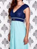 Miętowa sukienka maxi z koronkową górą i klamrą