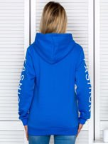 Niebieska bluza z napisami na rękawach                                  zdj.                                  2
