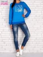 Niebieska bluza z tekstowym nadrukiem                                  zdj.                                  2