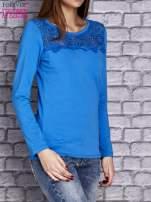 Niebieska bluzka z koronkową wstawką                                  zdj.                                  3
