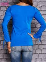 Niebieska bluzka z wiązaniem na rękawach                                  zdj.                                  4