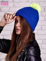 Niebieska czapka z kontrastowym pomponem                                  zdj.                                  2