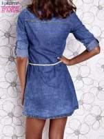 Niebieska dekatyzowana sukienka jeansowa z wiązaniem w pasie                                  zdj.                                  5
