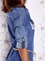 Niebieska dekatyzowana sukienka jeansowa z wiązaniem w pasie                                  zdj.                                  7