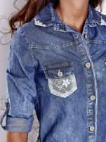 Niebieska dekatyzowana sukienka jeansowa z wiązaniem w pasie                                  zdj.                                  8