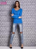 Niebieska gładka bluzka ze sznurowanym dekoltem i troczkami                                   zdj.                                  2