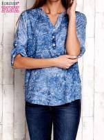 Niebieska koszula w malarskie desenie