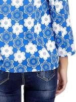 Niebieska koszulonarzutka we wzór w kwiaty