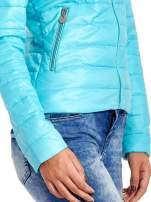 Niebieska lekka kurtka puchowa ze stójką                                  zdj.                                  5