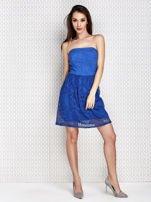Niebieska sukienka koktajlowa z ażurowym dołem                                  zdj.                                  4