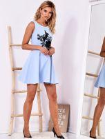 Niebieska sukienka z roślinną aplikacją                                  zdj.                                  4