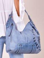 Niebieska torba z ćwiekami na pasku i nadrukiem                                  zdj.                                  2