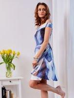 Niebieska wzorzysta sukienka                                  zdj.                                  4