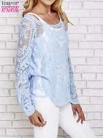 Niebieski ażurowy sweterk mgiełka z rozszerzanymi rękawami                                  zdj.                                  3