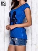 Niebieski dekatyzowany t-shirt z cekinową liczbą 34                                  zdj.                                  4