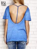 Niebieski dekatyzowany t-shirt z dekoltem na plecach                                  zdj.                                  2