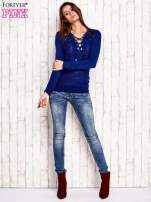Niebieski dzianinowy sweter z wiązaniem                                  zdj.                                  2