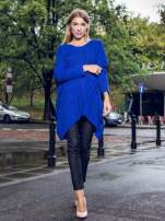 Niebieski dziergany długi sweter o kroju oversize