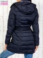 Niebieski pikowany płaszcz z paskiem                                                                          zdj.                                                                         5