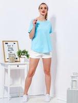 Niebieski t-shirt basic z podwijanymi rękawami                                  zdj.                                  4
