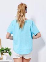 Niebieski t-shirt basic z podwijanymi rękawami                                  zdj.                                  2