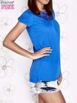 Niebieski t-shirt z ażurowym motywem                                  zdj.                                  3