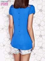 Niebieski t-shirt z ażurowym motywem
