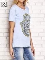 Niebieski t-shirt z egzotycznym nadrukiem dłoni i wycięciem na plecach                                  zdj.                                  3