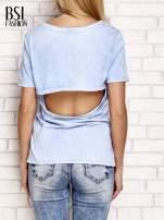 Niebieski t-shirt z egzotycznym nadrukiem dłoni i wycięciem na plecach                                  zdj.                                  2