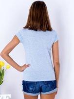 Niebieski t-shirt z kolorowym nadrukiem                                  zdj.                                  2
