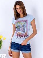Niebieski t-shirt z kolorowym nadrukiem                                  zdj.                                  1
