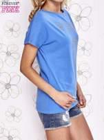Niebieski t-shirt z napisem i trójkątnym wycięciem na plecach                                                                          zdj.                                                                         3