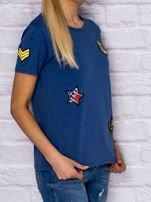 Niebieski t-shirt z naszywkami                                  zdj.                                  3