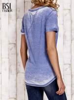 Niebieski t-shirt z podwijanymi rękawkami efekt acid wash                                  zdj.                                  4