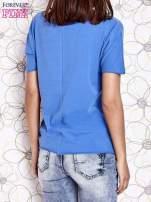Niebieski t-shirt z ukośną kieszenią i dżetami                                  zdj.                                  4