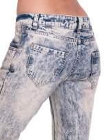 Niebieskie dekatyzowane spodnie rurki z przetarciami                                  zdj.                                  8